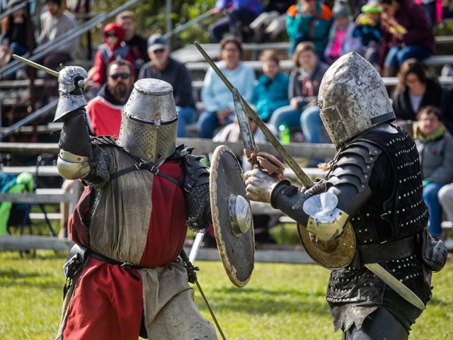 Knights-fighting-mythical-medieval-fest.png