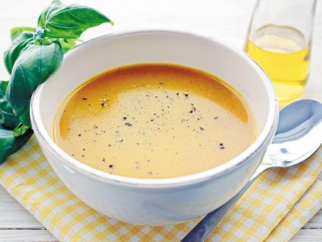 Summer-fresh yellow squash soup
